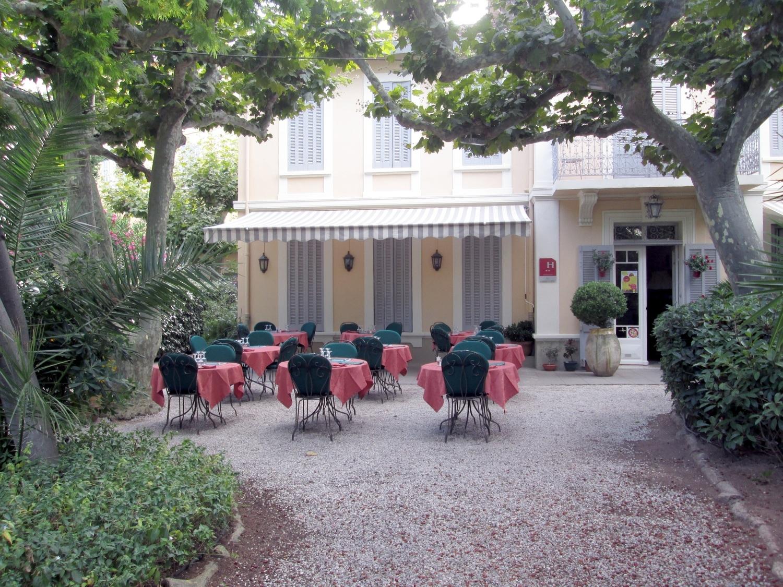 Quarry Shade Garden At Bon Air Park: Hotel Bon Abri Sanary Sur Mer